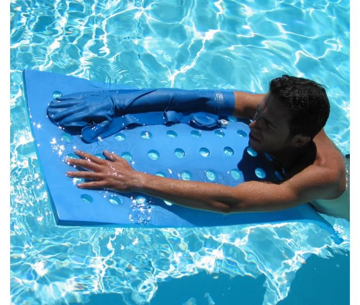 Homme qui se baigne dans une piscine avec un protège-plâtre au bras