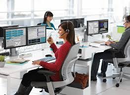 Femme travaillant sur un bureau ergonomique