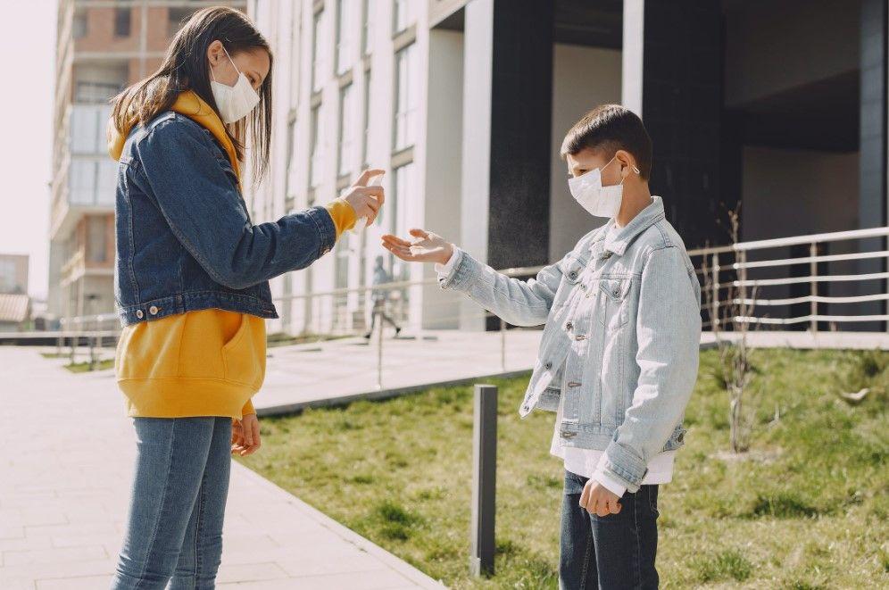 Enfants qui se désinfectent les mains avec du gel hydroalcoolique