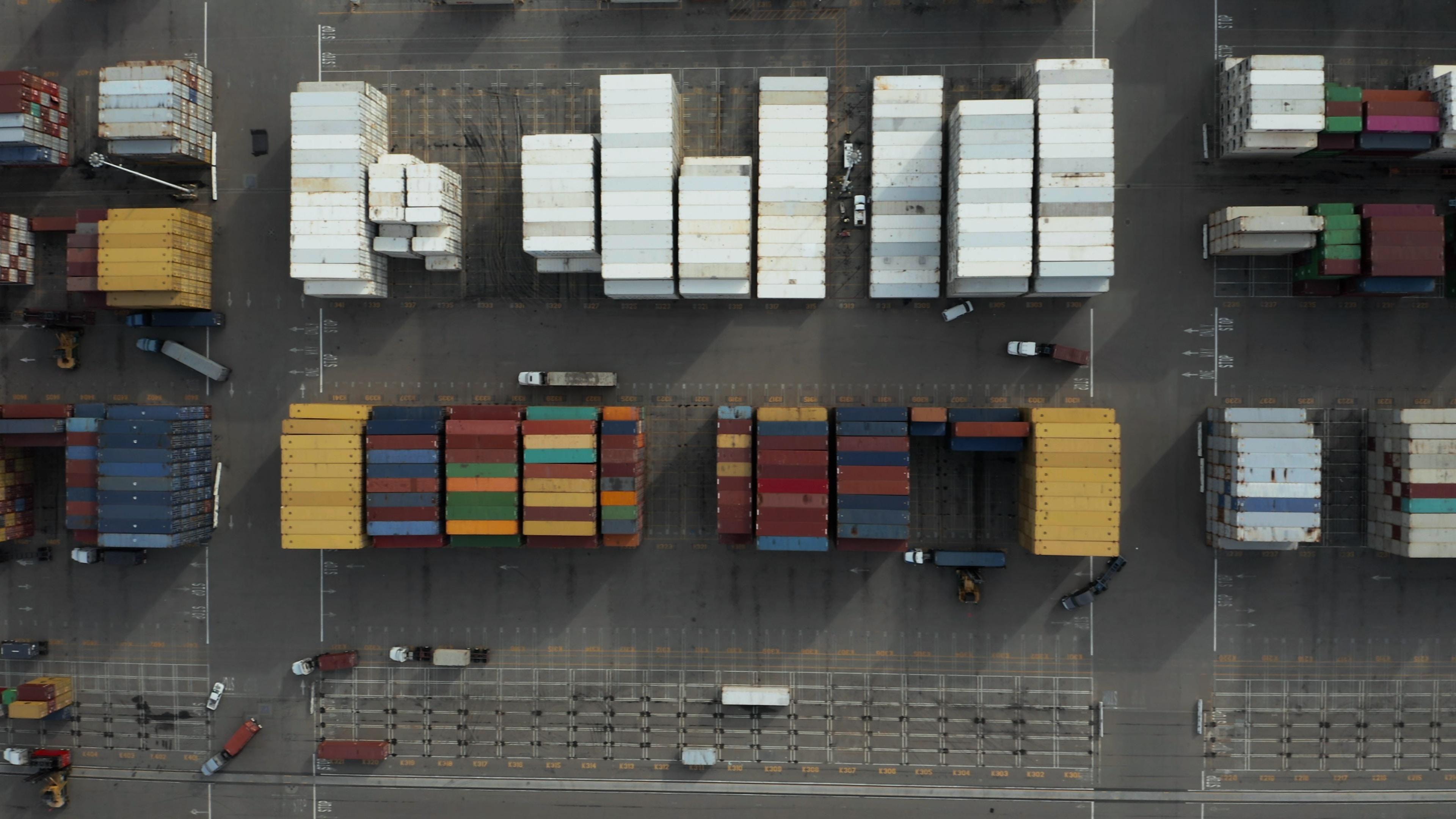 Vue aérienne de plusieurs containers